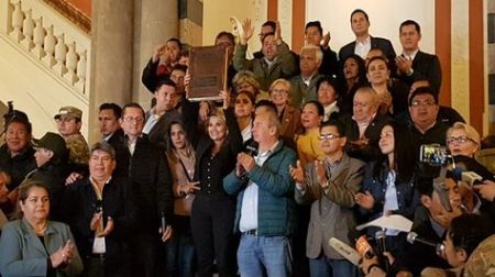 Bolivia-Jeanine-Biblia-Palacio-Gobierno_LRZIMA20191112_0073_3.jpg
